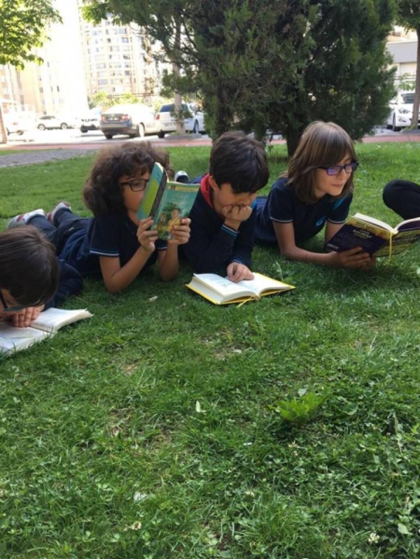 Öğrencilerimiz Doğayla İç İçe Kitap Okumanın Keyfini Çıkarttılar....